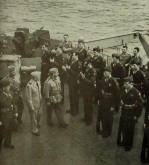 Militar brasileiro de patente elevada passando em ordem a guarda de Fuzileiros navais (Marines) a bordo do General Mann. Eram estes fuzileiros que mantinha a ordem a bordo.