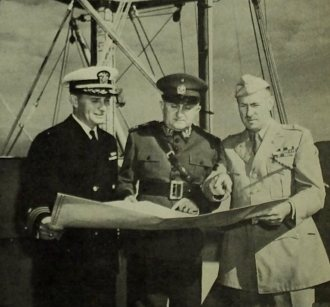 Após atracar no Rio, o capitão Maguire, o general Gaspar Dutra e o brigadeiro general Hayes A. Kroner, trocam ideias sobre a rota do General Mann para Europa