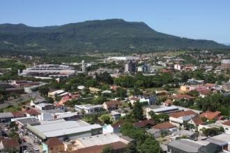 O Morro Ferrabraz fica localizado ao norte do centro da cidade de Sapiranga e é formado por rochas de origem vulcânica e sedimentar, contando com uma altitude até 630 metros ao nível do mar possui uma fauna e flora abundante, sendo considerado como patrimônio natural e área de interesse cultural e histórico desde 8 de outubro de 1987 pela lei municipal 1400/87.