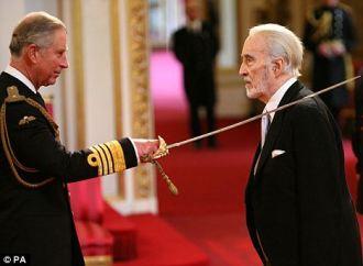 Lee recebendo do principe Charles o título de Cavaleiro Real - Fonte - www.reddit.com