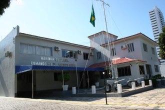 A edificação do antigo Consulado Americano em Natal é o que se encontra mais a direita na foto, ao lado dos canhões. Foto - Junior Santos - Fonte -  http://www.tribunadonorte.com.br/noticia/marinha-negocia-sede-do-3o-distrito-naval/230490