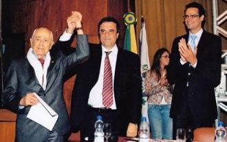 Acima, recebe pedido de desculpas por meio do ministro da Justiça, em 2011. (Foto: Acervo Pedro Luiz Moreira Lima)