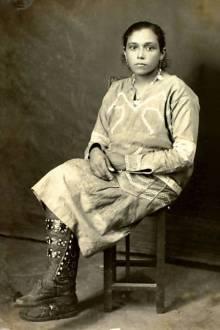 Inacinha, em vestido de batalha, mostra como a perneira casava com a alpercata - Fonte - http://jornalggn.com.br/blog/luisnassif/livro-sobre-lampiao-retirado-das-prateleiras