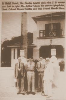 De chapéu e terno branco o então Embaixador dos Estados Unidos na União Soviética, o Sr. Joseph E. Davies, que esteve em Natal em setembro, ou outubro, de 1943. Na foto é possível ver parte da antiga estrutura da casa de João Câmara, uma das palmeiras imperiais e o símbolo característico utilizado nas embaixadas e consulados dos Estados Unidos.