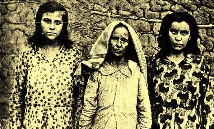 A centro vemos Dona Maria Martins, a sua direita a filha que escapou da sanha dos cangaceiro e a sua esquerda está Romana, que segundo reportagem do jornal A Noite, foi estuprada por Lampião.