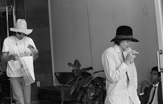 Richards (chapéu preto) e Jagger, tentando passar desapercebido no carientismo Brasil de 1969. Fonte - http://acervo.estadao.com.br/