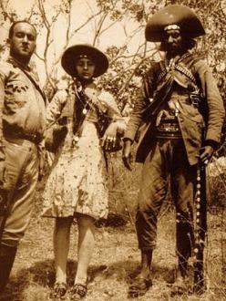 Nesta clássica foto vemos Benjamin Abrahão, o armado Lampião e a sua Maria Bonita ostentando uma profusão de correntes de ouro.