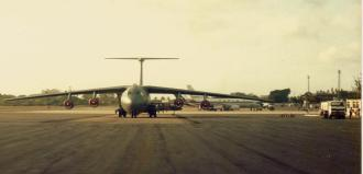 Um avião de carga Lockheed C-141 Starlifter, do Military Air Transport Service (MATS), apoiando os caças norte-americanos em Natal. Ao fundo um Boeing 737 da antiga Varig.