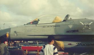 Um modelo General Dynamics F-16 A Block 15 ADF Fighting Falcon