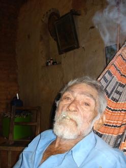 Antônio Belo, quase centenário em 2009, fumando seu cigarrinho de palha na sua rede.
