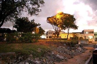 A Praça João Tibúrcio está destruída. Muretas que sustentam os desníveis do terreno estão sem manutenção e estrutura está comprometida - Foto - Alex Régis