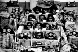 Lampião, Maria Bonita e parte do seu bando na escadaria da Prefeitura de Piranhas, Alagoas, 1938