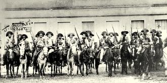 O bando de Lampião. Foto realizada após a derrota em Mossoró, em Limoeiro do Norte-CE.