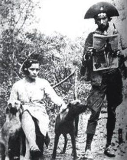 Casal bem informado – Lampião com um exemplar de A Noite Ilustrada, de 1936, ao lado de Maria Bonita. O casal gostava de acompanhar pelas revistas as novidades do Brasil e do mundo