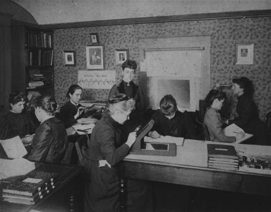 As Computadores de Harvard, cerca de 1890. A terceira moça, sentada da esquerda para direita, com uma lupa, era Antônia Caetana de Paiva Pereira Maury, nascida em Cold Spring, Nova York, em 1866. Sua mãe era de descendência portuguesa, de uma família que havia primeiramente imigrado para o Brasil e depois seguiu para os Estados Unidos. Na foto, sentada ao centro, vemos Williamina Fleming - Fonte - https://upload.wikimedia.org/wikipedia/commons/5/5a/Astronomer_Edward_Charles_Pickering%27s_Harvard_computers.jpg