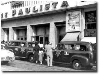 """Brasil, São Paulo, SP. 31/12/1956. Fila na entrada para um baile de Rock´n´Roll, chamado""""Ao Balanço das Horas"""" no Cine Paulista. Foto: Antonio Lucio/AE Pasta: 25.016"""