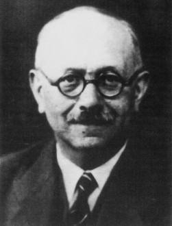 Marc Bloch em sua última fotografia, 1944. - Fonte - http://www.historiailustrada.com.br/2015/11/3-pontos-entender-cursar-historia.html