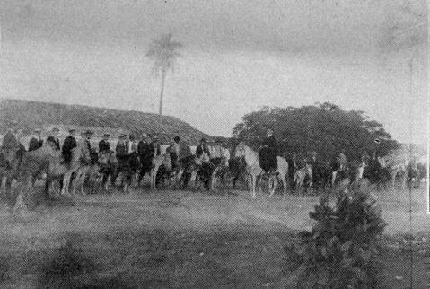 Grupos de homens a cavalo. Eram grupos assim que serviam para