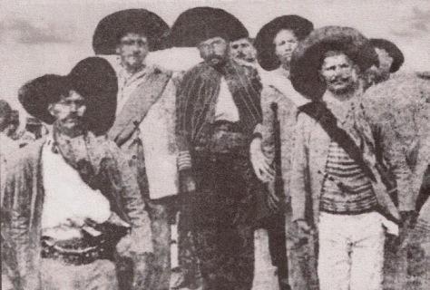 antonio silvino (ao centro), entre os seus captores, foto publicada no jornal de recife em 02 de dezembro de 1914