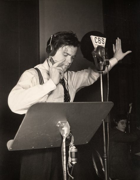 orson-welles-during-the-war-of-the-world-radio-broadcast