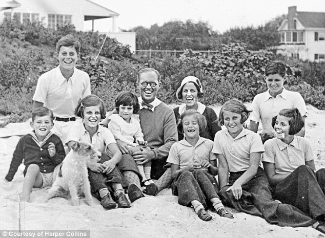 2D23CBD600000578-3262024-All_in_the_family_The_Kennedy_clan_pose_for_a_photo_at_Hyannis_P-m-9_1444143176235