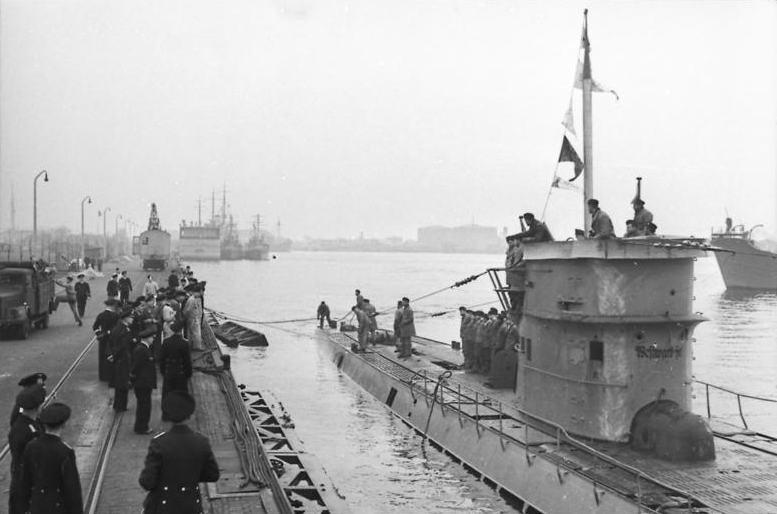 Bundesarchiv_Bild_101II-MW-5613-03A,_Wilhelmshaven,_U-Boot_läuft_ein