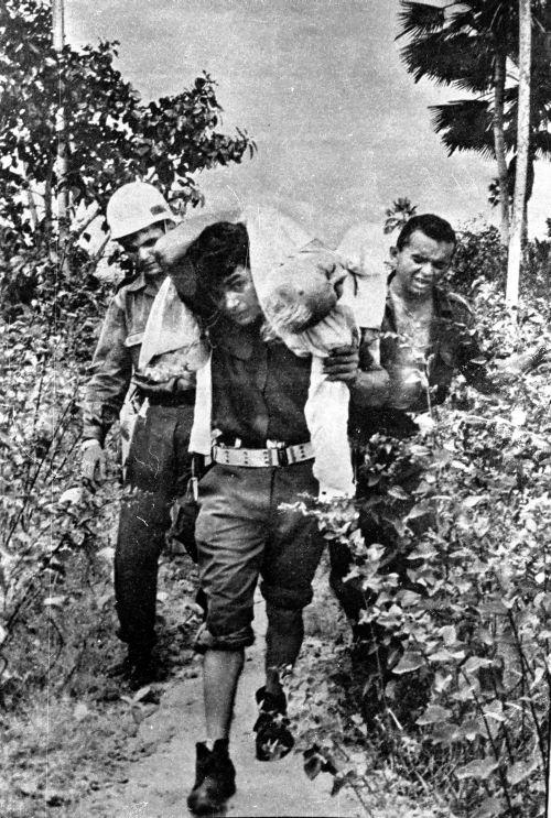Soldado carrega nas costas o irmão de Castelo Branco – Fonte ... 68e9ab0d03