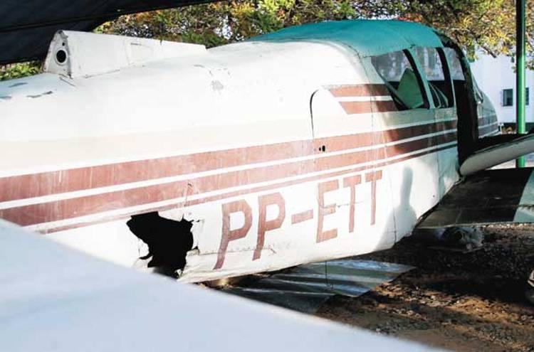 ft_av_Piper PA-23 Aztec_PP-ETT_Avariado