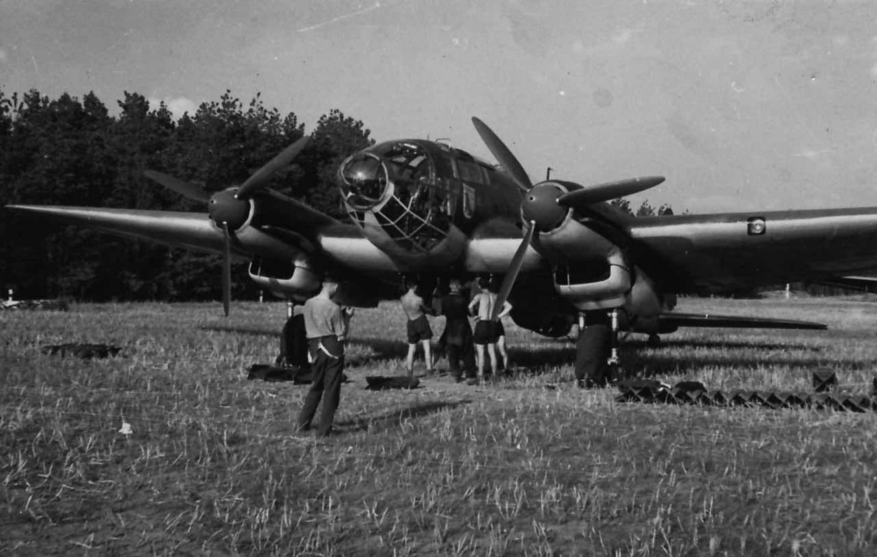 www.worldwarphotos.infoHeinkel_He_111_II.KG26_arfield_Gabbert_Pommern_1939